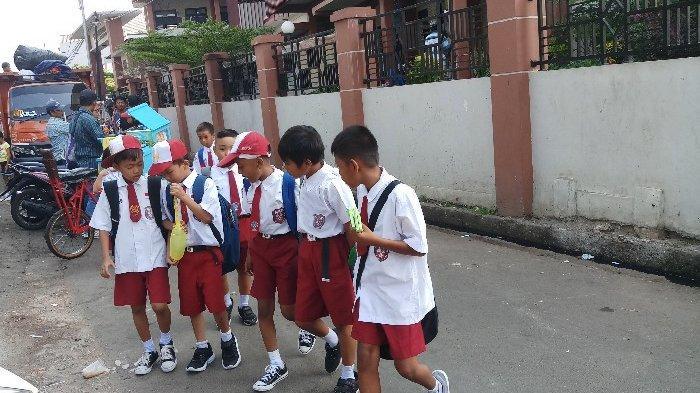BERITA FOTO: Hari Pertama Masuk Sekolah Siswa Dikawal Orangtua, Simak Ulah Mereka di Sekolah Beu