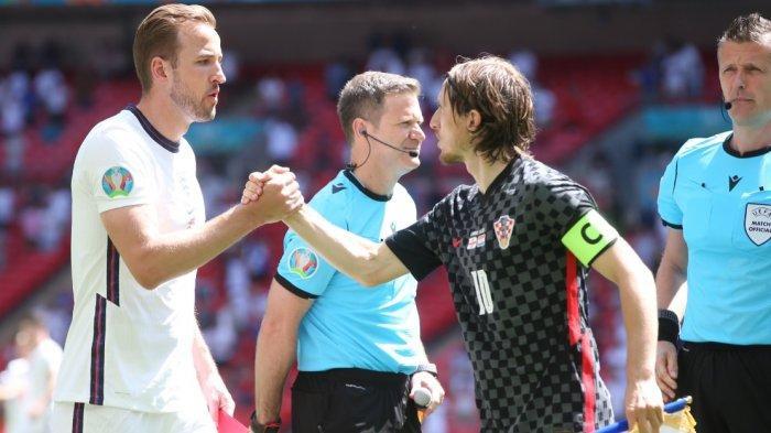 Kapten Timnnas Inggris Harry Kane bersalaman dengan kapten Timnas Kroastia Luka Modric. Laga Inggris vs Kroasia berjalan relatif imbang