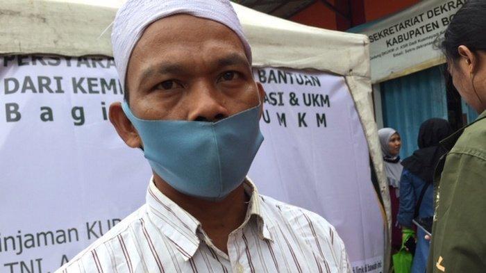 Hendi (40) warga Curug, Cibinong, sedang antri di depan Gallery UKM Kabupaten Bogor saat memasukkan data untuk mendapatkan bantuan presiden bagi pelaku UMKM pada Senin (19/10/2020)