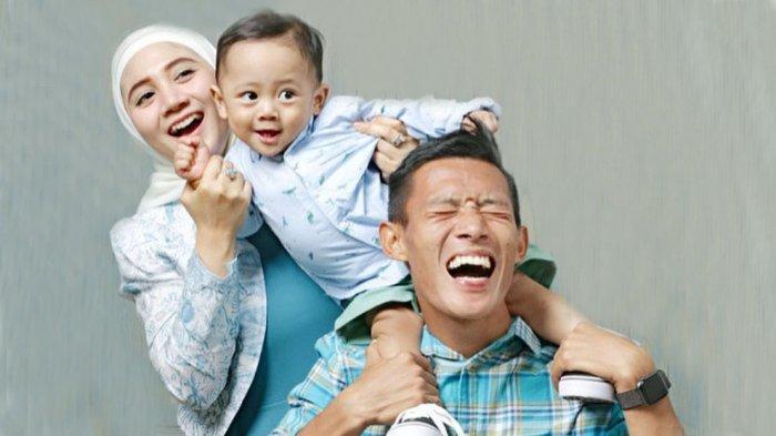 Henhen Herdiana bersama istri dan putranya, lagi menantikan kelahiran anak keduanya