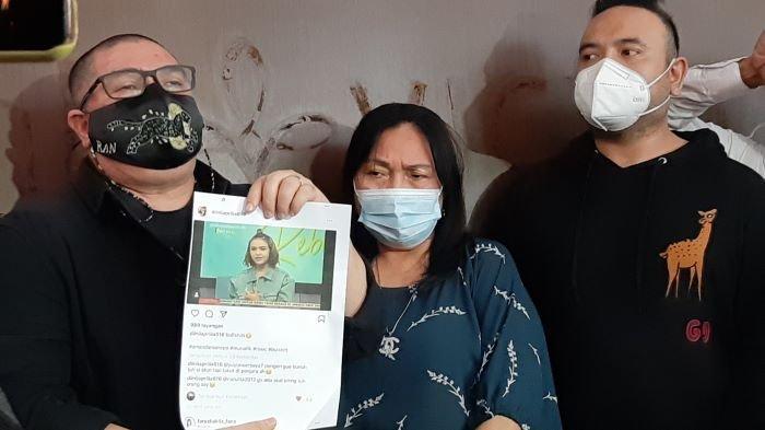 Henny Manopo ditemani Razman Arif Nasution, pengacaranya, dan Ricardo yang sehari-hari menjadi manajer Amanda Manopo, menjelaskan dugaan ancaman pembunuhan di media sosial yang diterima pemeran Andin di sinetron Ikatan Cinta itu, Senin (22/2/2021).