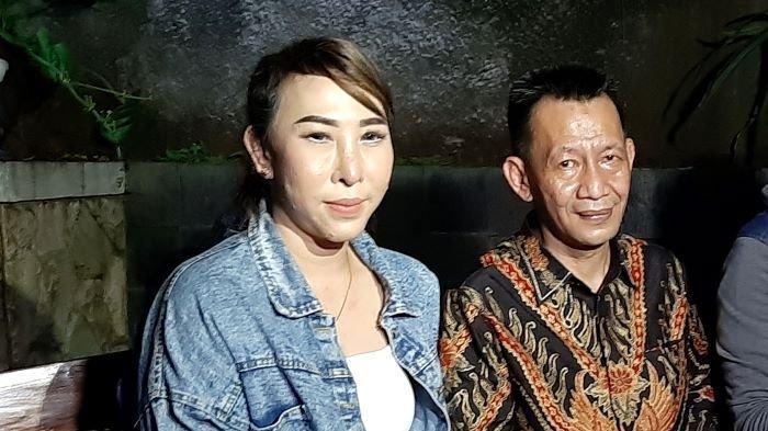 Henny Mona ditemani Salahudin Pakaya, pengacaranya, di Jalan Ampera, Jakarta Selatan, Selasa (9/2/2021) petang.