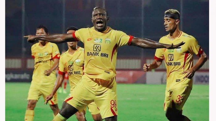 Aksi selebrasi Herman Dzumafo usai mencetak gol ke gawang lawan pada kompetisi Liga 1 musim 2019