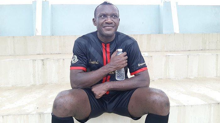 Bersama Dewa United FC, Herman Dzumafo Menjadi Penyerang Sekaligus Tukang Assist di Lapangan Hijau