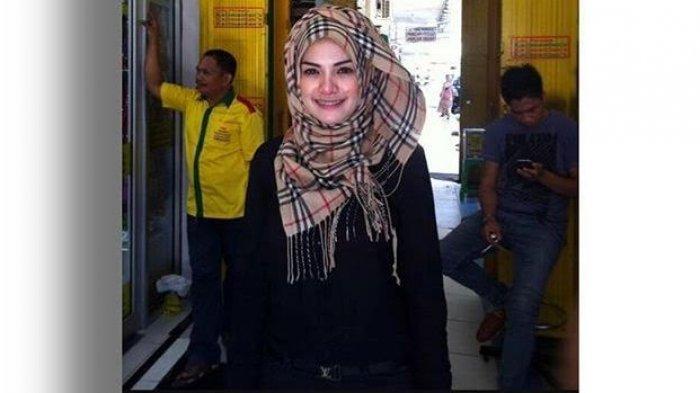 Nikita Mirzani Posting Foto Dirinya Berhijab, Netizen: Allah Is Full of Surprise