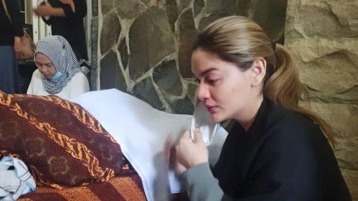 Pemain sinetron Hilda Vitria Khan terlihat sedih saat mendampingi jenazah ayahnya, Sabtu (12/6/2021).