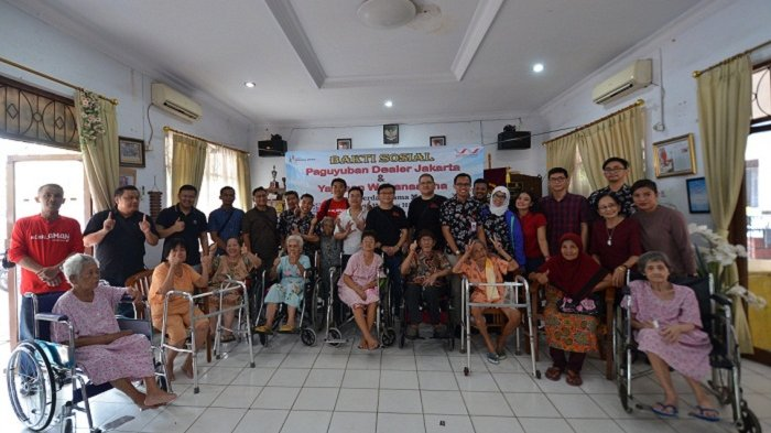 Dealer Honda Jakarta Berbagi Kebahagiaan dengan Para Lansia Panti Werdha