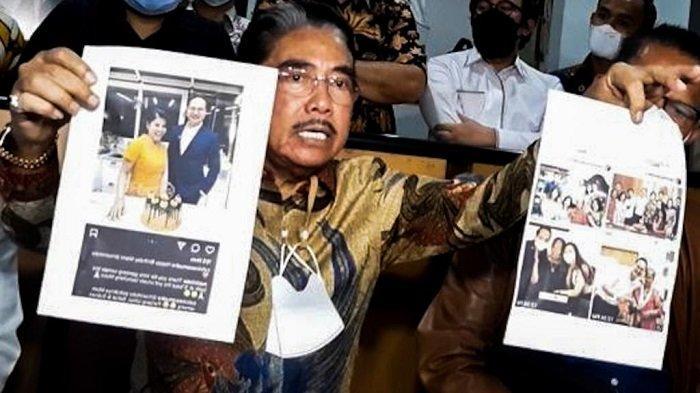 Pengacara Hotma Sitompul saat menunjukkan Desiree Tarigan bersama seorang pria di Sunter, Jakarta Utara, Selasa (6/4/2021).
