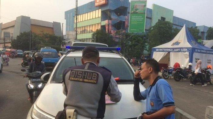Sudinhub Jaksel Menerapkan Kebijakan Dua Arah dan Tindakan Penilangan di Stasiun Pasar Minggu