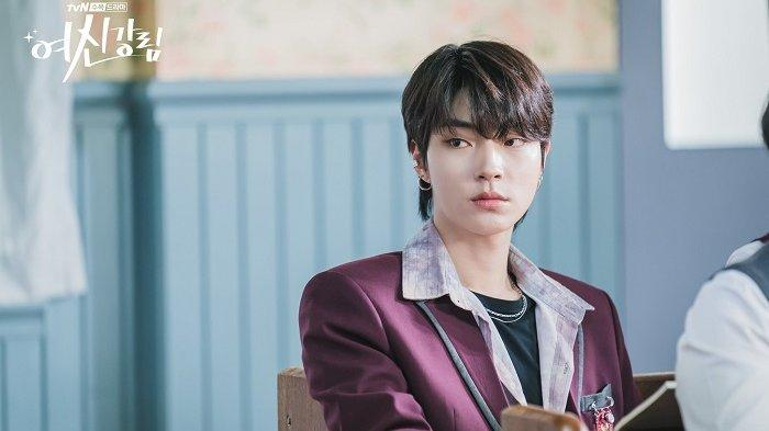 Aktor Hwang In Yeop berperan sebagai pelajar SMA dalam drama Korea True Beauty. Saat syuting drama serial Korea tersebut, usianya sudah 30 tahun lebih.