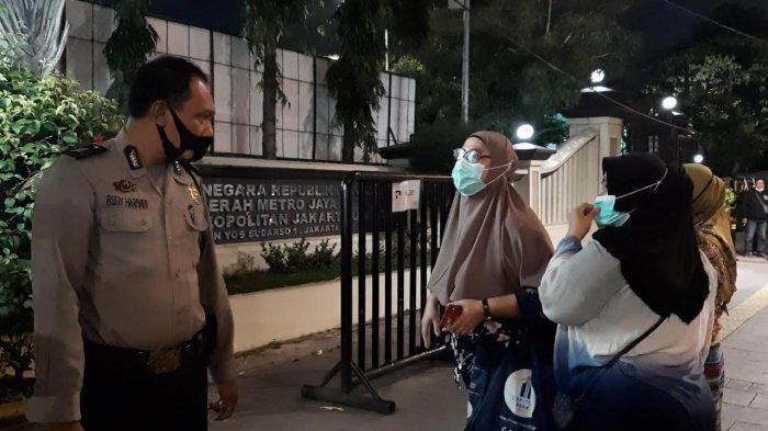 Ingin Jemput Anaknya yang Diamankan Polisi karena Ikut Demo, Emak-emak Bersitegang dengan Petugas