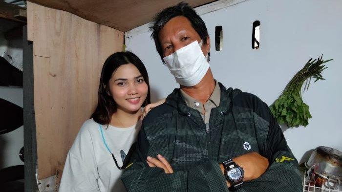 Ica penjual soto betawi berwajah cantik mendadak menjadi obrolan para artis yang sedang syuting di Studio Persari, Jagakarsa, Jakarta Selatan, Kamis (11/2/2021).