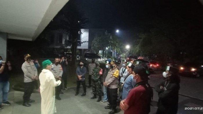 Pengunjuk rasa yang tergabung dalam Himpunan Mahasiswa Islam (HMI) digiring ke RSUD Balaraja, Kabupaten Tangerang, Selasa (27/7/2021) malam. Mereka juga dibawake kuburan Covid-19 di Taman Pemakaman Umum (TPU) Buniayu, Kecamatan Sukamulya, Kabupaten Tangerang.