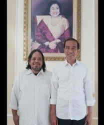 Ketua Umum Paguyuban Suporter Timnas Indonesia Ignatius Indro bersama Presiden Jokowi.