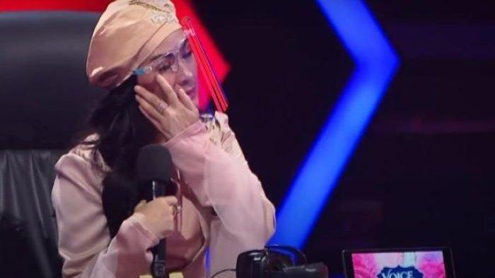 Iis Dahlia Menangis Saat Jadi Juri Ajang Pencarian Bakat Bernyanyi, 'Kehilangan' Peserta Favoritnya