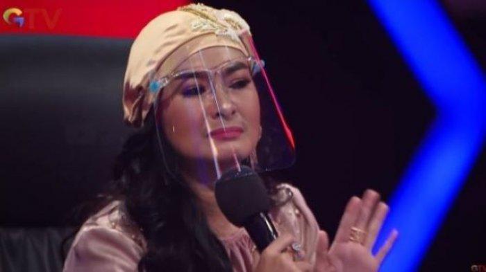 Pedangdut Iis Dahlia menangis saat melihat aksi panggung peserta ajang pencarian bakat Voice of Ramadan, Senin (3/5/2021).