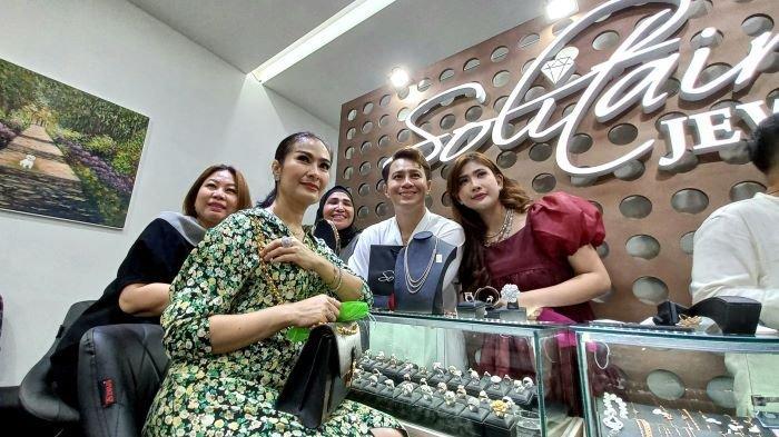 Pedangdut Iis Dahlia dan bintang sinetron Ikatan Cinta terlihat menghadiri pembukaan toko berlian Solitaire Jewelry milik Hans Vigoro dan Angie, sahabatnya, di FJL Boutique, kawasan Kemang, Jakarta Selatan, Rabu (15/9/2021).