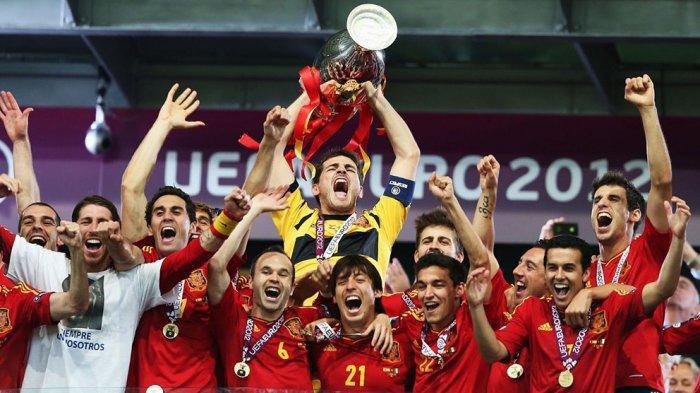 Iker Casillas telah banyak memberikan trofi juara untuk klub Real Madrid dan Timnas Spanyol
