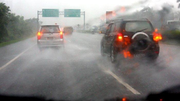 BMKG: Waspada, Hujan Lebat Disertai Kilat Diprakirakan Terjadi di Beberapa Wilayah di Jakarta