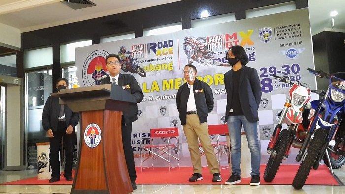 Ketua Ikatan Motor Indonesia (IMI) Pengprov Jawa Barat, Fachrul Sarman saat menjelaskan kejuaraan road race dan motocross di Kemenpora, Senayan, Jakarta, Rabu (26/8/2020).