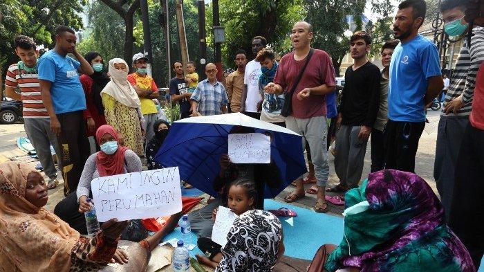 Para Pencari Suka Terus Berdatangan ke Tempat Pengungsian Sementara Kali Deres Jakarta Barat