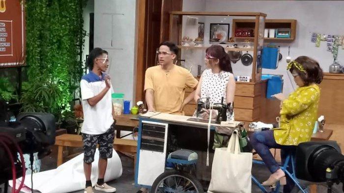 Anwar, Rina Nose dan Mpok Alpa saat syuting sitkom In The Kost yang ditayangkan di NET setiap Senin dan Selasa mulai pukul 18.30 WIB.