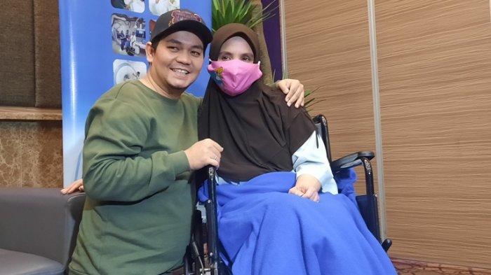 Indra Bekti saat menemani Aldilla Jelita yang telah diizinkan pulang dari rumah sakit, Kamis (27/8/2020). Aldilla Jelita dirawat di RS Mayapada, Lebak Bulus, Jakarta Selatan.