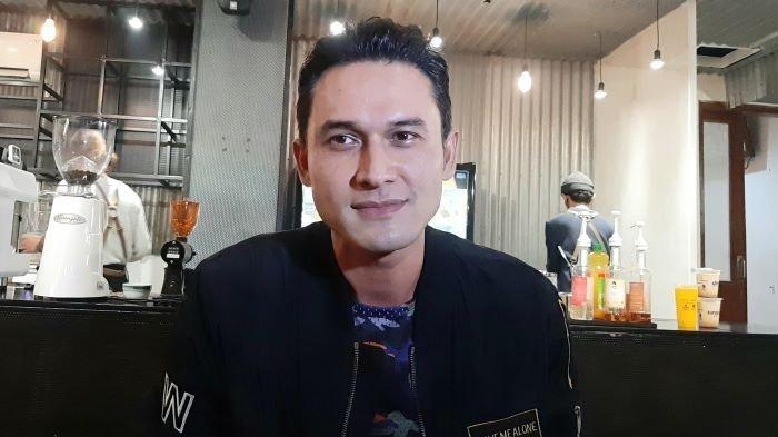 Pemain sinetron Indra Bruggman di kedai kopinya, kawasan Tebet, Jakarta Selatan, Rabu (28/4/2021).