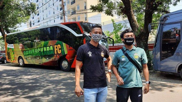 Kapten Bhayangkara FC Indra Kahfi saat foto bersama dengan Muhammad Hargianto di depan Mess Bhayangkara FC, Wijaya, Jakarta, Selasa (25/8/2020).