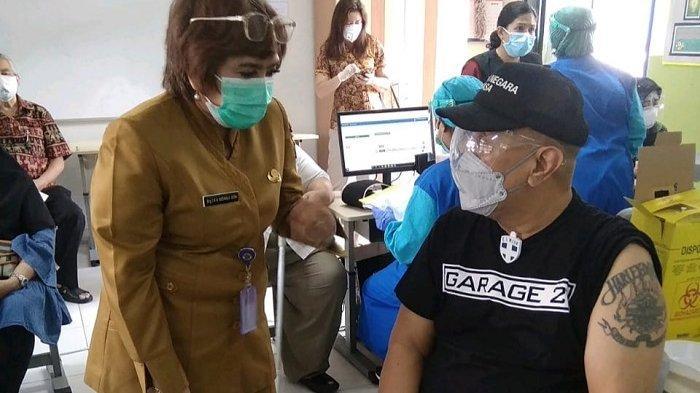 Sempat Ditolak, Indro Warkop Akhirnya Jalani Vaksinasi di Menteng Bersama Para Lansia