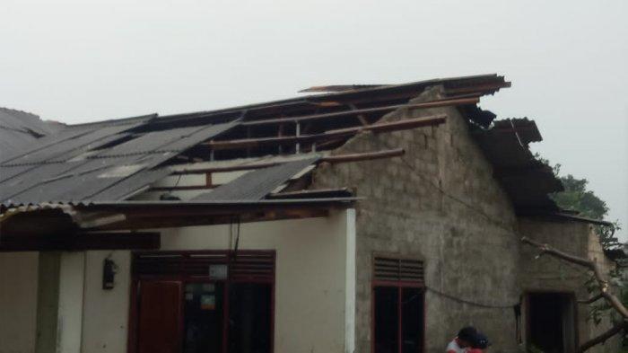 Amukan Angin Kencang di Parung Bogor, Rumah Warga, Ruko dan Tempat Ibadah Rusak, Tiang Listrik Roboh