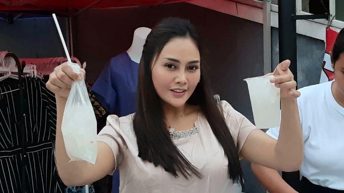 Pedangdut Intan Ratna Juwita sedang berdagang es kelapa muda di pinggiran jalan kawasan Conder, Kramat Jati, Jakarta Timur (3/5/2021). Intan Ratna Juwita berjualan es kelapa muda setelah digugat cerai dan tidak dinafkahi Mael Lee, suaminya.