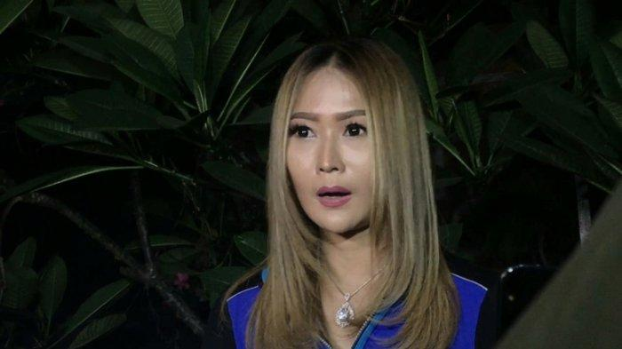 Pedangdut Inul Daratista setelah syuting di TransTV, Jalan Kapten Tendean, Mampang Prapatan, Jakarta Selatan, Senin (27/7/2020) malam.