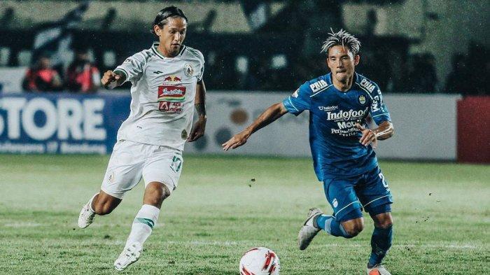 Irfan Bachdim penyerang tim PSS Sleman berebut bola dengan Kim Kurniawan pemain Persib Bandung