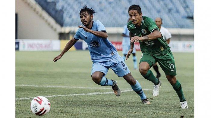 Gelandang serang PS Sleman Irfan Bachdim(kanan) absen di laga semifinal leg 1 lawan Persib karena mengalami cedera