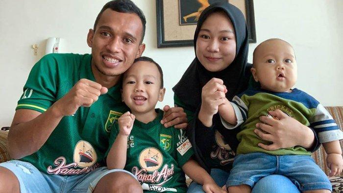 Irfan Jaya Winger Persebaya Senang Dan Terharu Istri Dan Anaknya Tiba Di Surabaya
