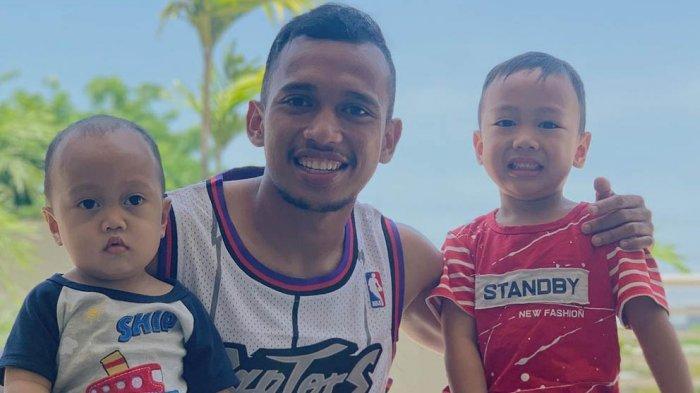 Irfan Jaya bersama kedua anaknya yang telah menemaninya di Surabaya sekarang