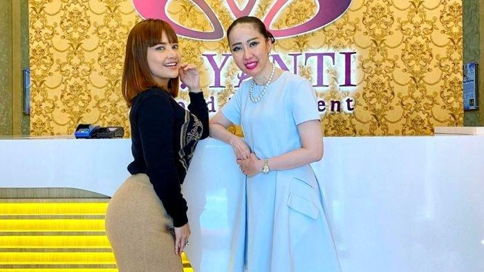 Pedangdut Irma Darmawangsa melakukan implant bokong di klinik dr Yanti Beyond Treatment di Mall of Indonesia, Kelapa Gading, Jakarta Utara, Selasa (15/9/2021).