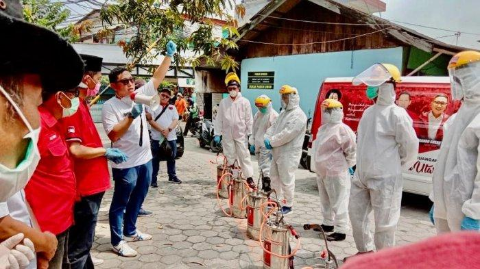 Kurangi Kecemasan, DPC PDI Perjuangan Jakut Semprot Disinfektan Gang-Gang Pemukiman Pegangsaan Dua