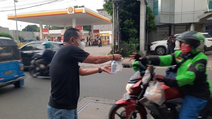 Dukung UKM, Wakil Wali Kota Jakarta Pusat Bagikan Takjil Ternama di Cikini