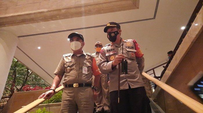 Dua hotel besar di Jakarta Pusat disidak saat di malam tahun baru, Kamis (31/12/2020). Sidak yang dilakukan untuk mengawasi ketataan hotel akan larangan keramaian di tengah Pandemi Covid-19 ini dihadiri Pelaksana Harian (Plh) Wali Kota Jakarta Pusat Irwandi (Kiri) dan Kapolres Metro Jakarta Pusat Kombes Pol Heru Novianto (Kanan).