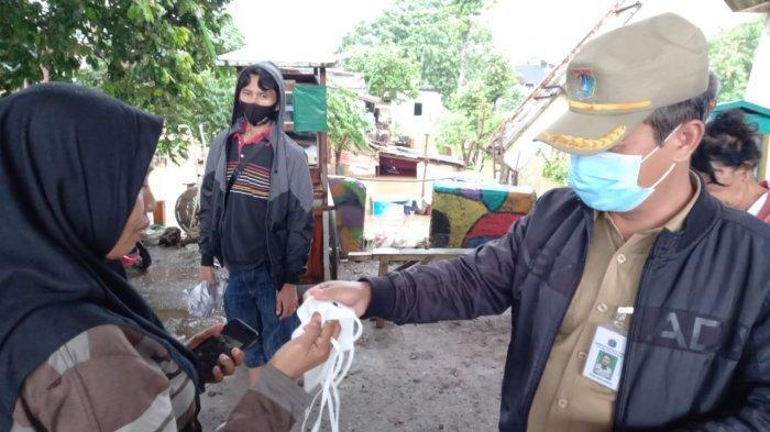 Plt Wali Kota Jakarta Selatan, Isnawa Adji ketika menyambangi lokasi banjir di RW 07 Rawajati, Pancoran, Jakarta Selatan pada Senin (8/2/2021).