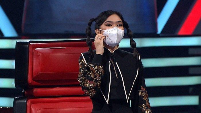 Penyanyi Isyana Sarasvati saat menjadi coach dalam program televisi The Voice Kids Indonesia.