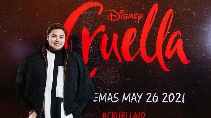 Perancang busana Ivan Gunawan berpose bersama poster film Cruella, Sabtu (22/5/2021). Film Cruella garapan Disney itu tayang di bioskop Indonesia mulai Rabu (26/5/2021).