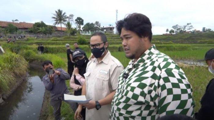 Ivan Gunawan mengunjungi lahan yang akan dibangun masjid di Kampung Sindangwargi, Kelurahan Sukajaya, Kecamatan Tarogong Kidul, Kabupaten Garut, Jawa Barat.