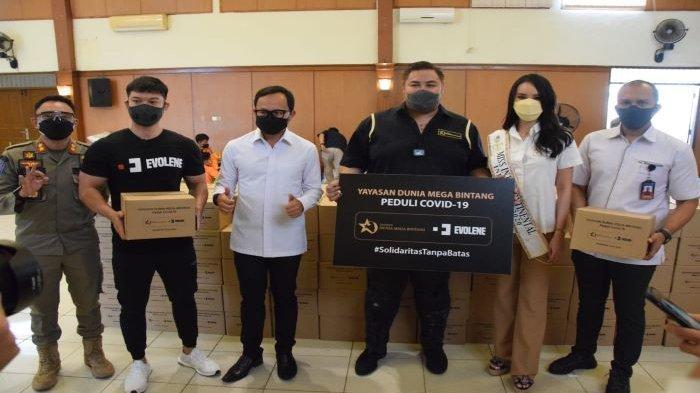 Empati Terhadap Warga Kota Bogor Ivan Gunawan Serahkan Bantuan Sembako dan Obat-obatan