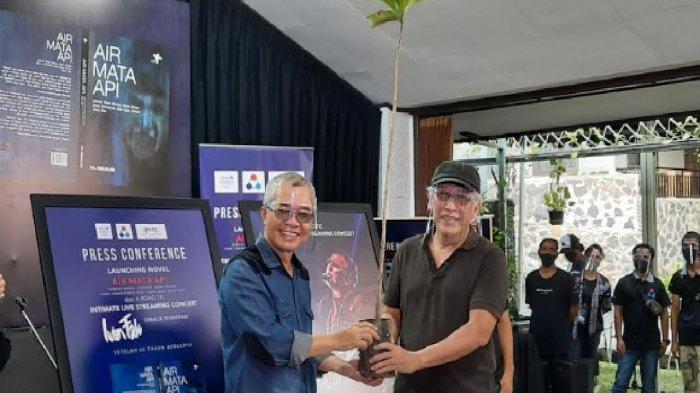 Iwan Fals (kanan) bersama Piter Abdullah Redjalam (kiri) selaku penulis novel Air Mata Api saat jumpa pers peluncuran novel Air Mata Api di Panggung Kita, Leuwinanggung, Depok Jawa Barat, Kamis (3/9/2020).