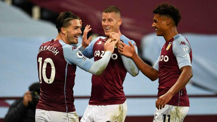 Kapten tim Aston Villa, Jack Grealish merayakan gol bersama Ross Barkley dan ollie Watkins