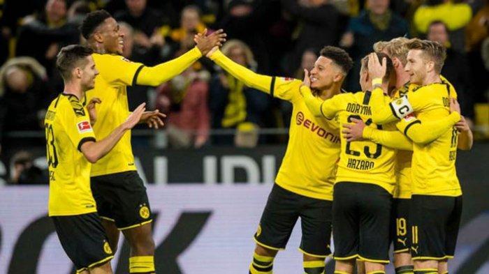 Jadon Sancho merayakan gol bersama rekan-rekannya di pertandingan Bundesliga