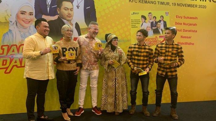 Para pedangdut Indonesia (dari kiri ke kanan): Nassar, Inul Daratista, Elvy Sukaesih dan RizkiRidho mengenalkan album Jagonya Dangdut 2 ditemani Steve Lillywhite (tengah), CEO Jagonya Sport & Music Indonesia, di KFC Store, Jalan Kemang Timur, Jakarta Selatan, Kamis (19/11/2020). Ikke Nurjanah yang terlibat di album tersebut tidak hadir.